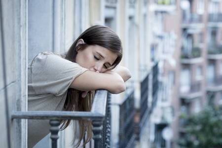 Nje natë kisha pirë shumë nuk u zgjova si vajzë por si grua,E mallkoj vetveten si u bera vegel e mashkullit qe nuk