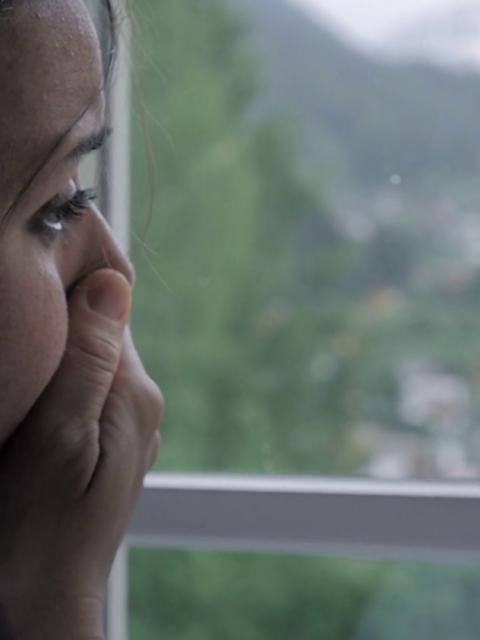 Kur kam qen e fejuar e kam tradhetu burrin,Saher shkoja ne motel qaja me te dashurin sepse